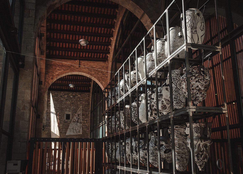 Exposición de ánforas de cerámica en museo
