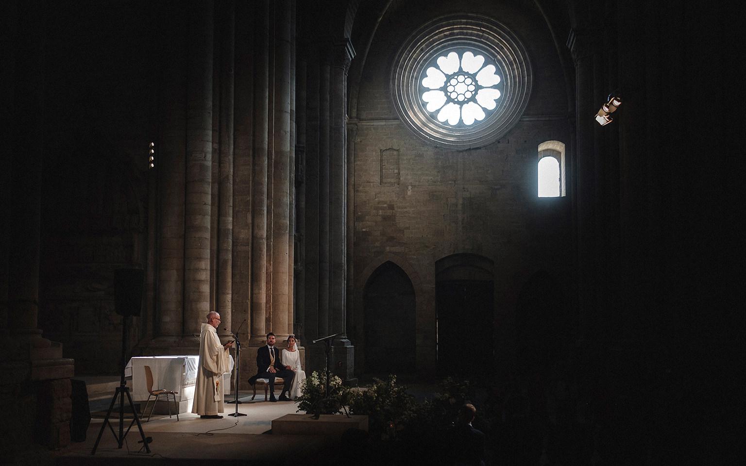 Cura bendiciendo a los novios en el altar